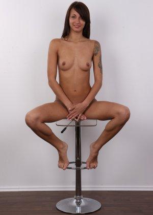 Красивая чешская проститутка снимается ради денег голой - фото 17