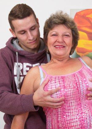 Пожилая женщина оказывается в обществе молодого парня и дает себя трогать во всех местах - фото 5