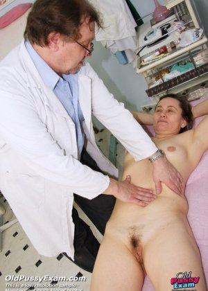 Ярослава широко расставляет ноги перед развратным врачом в возрасте и дает рассмотреть себя в подробностях - фото 5
