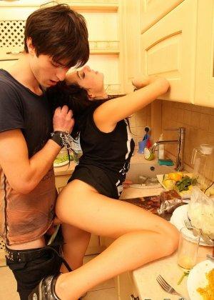Подборка фото девушек которые обожают занимаются сексом на кухне - фото 14