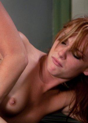 Лесбиянки балуются с новенькой секс машиной и получают оргазм - фото 21