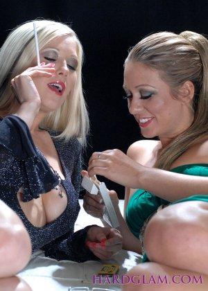 Лесбиянки с сигаретами в руках лижут лысый член паренька - фото 1