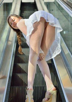 В публичных местах девчонка с бритыми дырочками устроила зрелищное шоу - фото 4