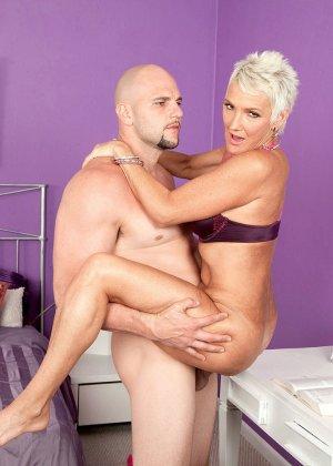 Зрелая блондинка развлекается со своим любовником, пока муж уехал в командировку - фото 9