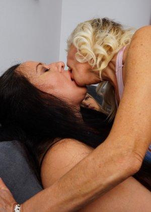 Три дамочки решают развлечься в обществе друг друга, позволяя себе воплощать все фантазии - фото 5