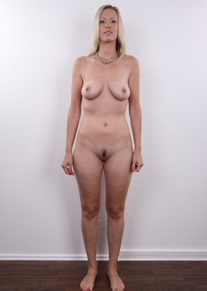 Горячая зрелая блондинка показывает все свои прелести - фото 12