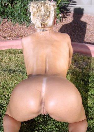 На заднем дворе блондинка с большими силиконовыми сиськами разделась догола - фото 15