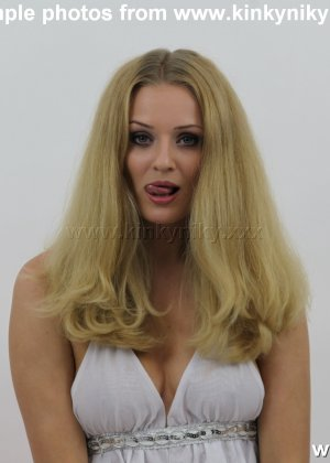 Не опытная блондинка трахает себя длинным пальчиком в попку - фото 10