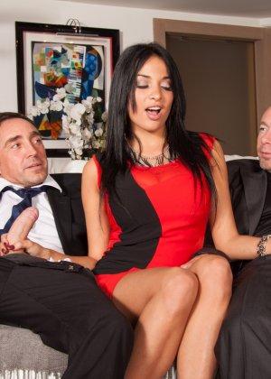 Мужик со своим другом жарят елитную проститутку в два ствола - фото 2
