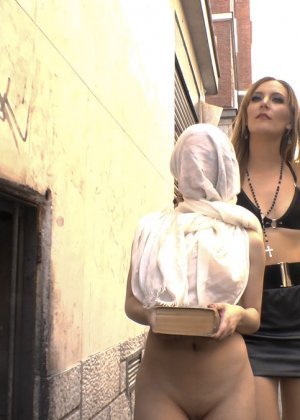 Развратная девушка ходит голая по улицам города с мешком на голове - фото 12