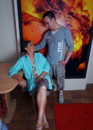 Женщина в почтенном возрасте соблазняет молодого мужчину и он устраивает ей хорошую еблю - фото 1