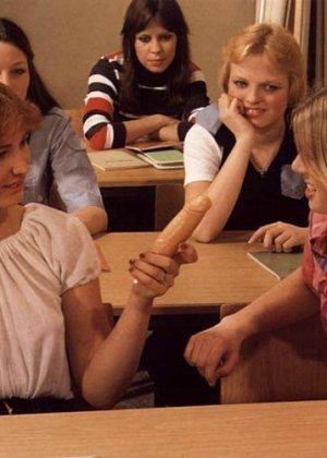 Учитель оказывается первым мужчиной для своих студенток и показывает им свои умения на практике - фото 2