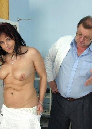 Зрелая дамочка приходит к опытному гинекологу, чтобы подставить дырочку для качественного осмотра - фото 4