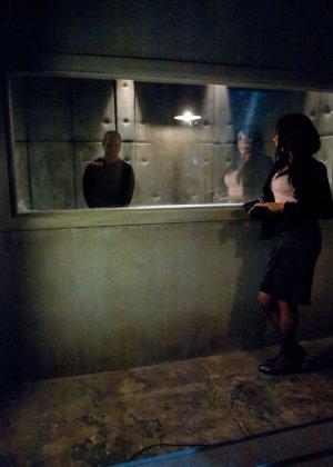 Девушка с длинным черным членом ебет в попку парня в маске - фото 1