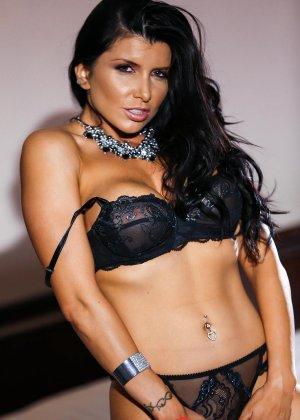 Роми Рэйн очень эротично показывает свою сексуальную фигуру, снимая с себя нижнее белье - фото 4