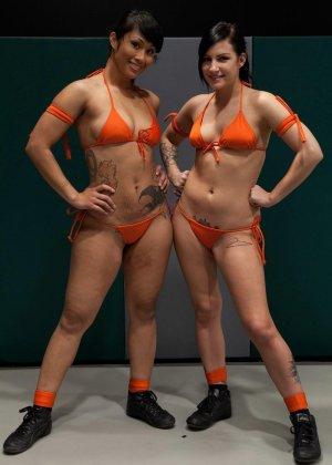 Девушки устраивают сексуальный поединок - они сражаются друг с другом в обнаженном виде - фото 2