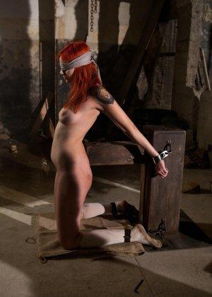 Рыжая рабыня выполняет все требования своей госпожи, эти лесбиянки любят играть в БДСМ на заброшенных стройках - фото 8