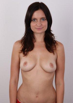 Чешская девушка с упругими сиськами на порно кастинге позирует голенькой - фото 6