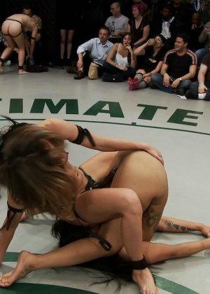 Девушки устраивают сексуальный поединок - они сражаются друг с другом в обнаженном виде - фото 19