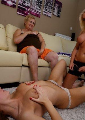 Пока две красотки лижутся друг с другом, зрелая женщина мастурбирует, глядя на их ласки - фото 13