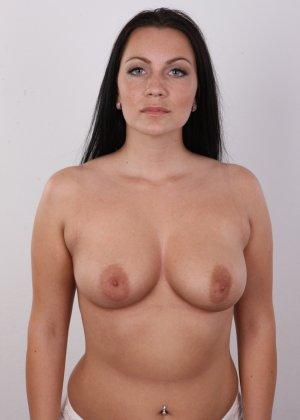 Красивая брюнетка с натуральными дойками на фото кастинге в порно бизнес - фото 8