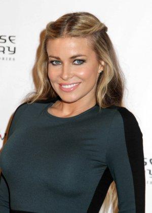 Очень красивая актриса с большой грудью позирует перед камерой - фото 1