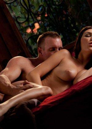 Пышногрудая чужая жена приигласила к себе домой любовника и трахается с ним - фото 9