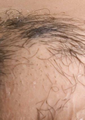 Азиатка с большой пиздой перед камерой бреет себе киску станком - фото 23