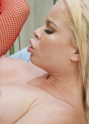 Трансвестит в костюме медсестры ебет в пизду свою пациентку на операционном столе в больнице - фото 20