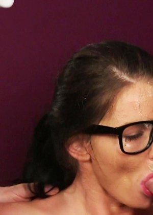 Брюнетка в очках облитая с ног до головы теплой белой спермой - фото 15