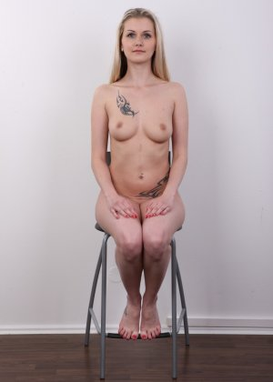 Послушная блонда в татушках вертится перед камерой, как этого от нее требуют - фото 15