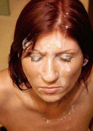 Зрелая рыжеволосая тетка обливает свое лицо большим количеством спермы - фото 14