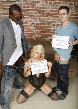 Красивую блондинку в чулках ебет паренек с черным длинным членом - фото 1