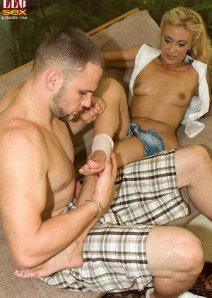 Жазелла Мур подставляет свои ножки для поцелуев, а затем ласкает стопами член молодого человека - фото 16