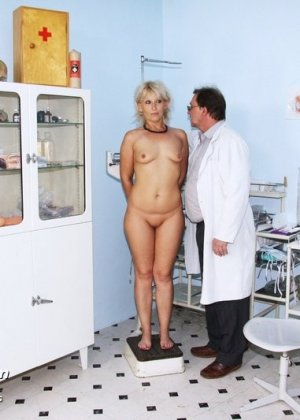 Романа приходит к гинекологу и полностью доверяется его опыту, а он пользуется этим и рассматривает ее всю - фото 3