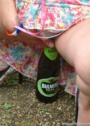 Развратная домохозяйка теребит свою киску, чтобы выделилась смазка, затем садится на горлышко бутылки - фото 11