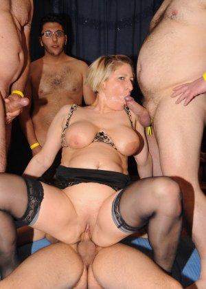 Зрелые мадамы в стриптиз клубе сосут члены и облизывают сперму с лица - фото 15