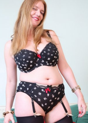 Зрелая девушка на кастинге эротично снимает с себя верхнюю одежду - фото 14