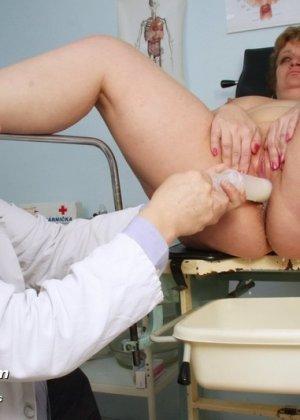 Женщина соглашается на полный осмотр – она готова раздвинуть ноги перед развратным доктором - фото 11