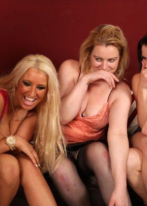 Сексуальные девчушки разминают пальчиками член своему пареньку - фото 7
