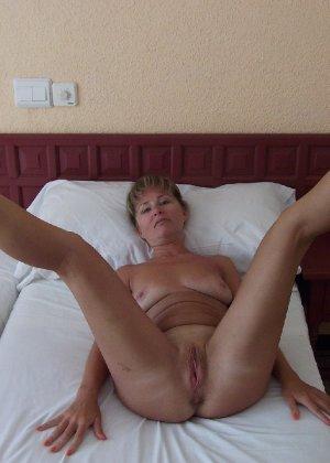 порно голая на кровати фото