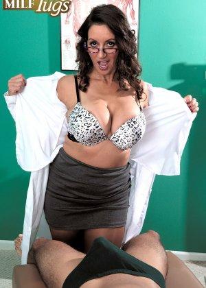 Брюнетка в сексуальном белье и огромными дойками ебется между сисек - фото 7