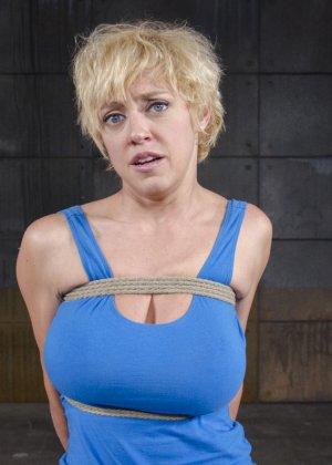 Черри Торн подчиняется роковой женщине, которая очень любит доминировать над связанными девушками - фото 1