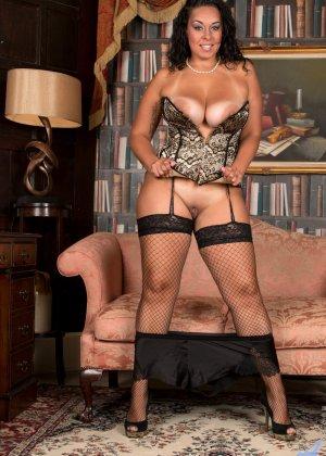 Сисястой Анилос захотелось порадовать мужа классным стриптизом, она знает, как он реагирует на эротическое белье - фото 8- фото 8- фото 8