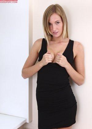 Красавица на каблуках пальчиками раздвинула в сторону половые губки - фото 2