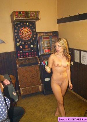 Девушки оголяются, а похотливые мужики снимают их пезды на телефон, но сучкам это только нравится - фото 10