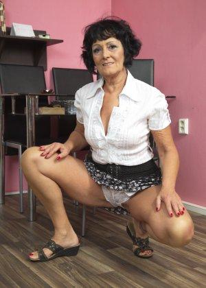 Женщина в возрасте очень хочет секса, поэтому с удовольствием позирует перед камерой с вибратором - фото 3