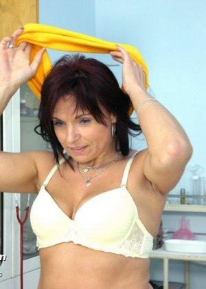 Зрелая дамочка приходит к опытному гинекологу, чтобы подставить дырочку для качественного осмотра - фото 3