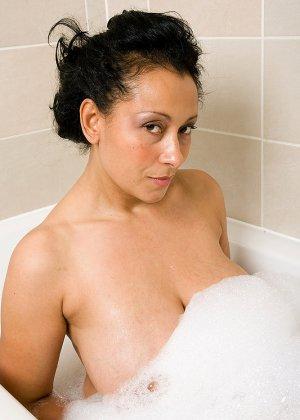 Роскошная латинская зрелая женщина моется в ванной и демонстрирует свои огромные сиськи и раскрытую пизду - фото 1