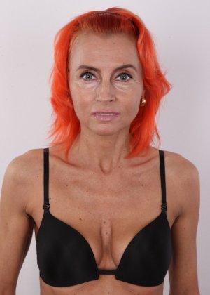 Зрелая рыжеволосая женщина не стесняется показывать свое тело и полностью раздевается перед камерой - фото 4